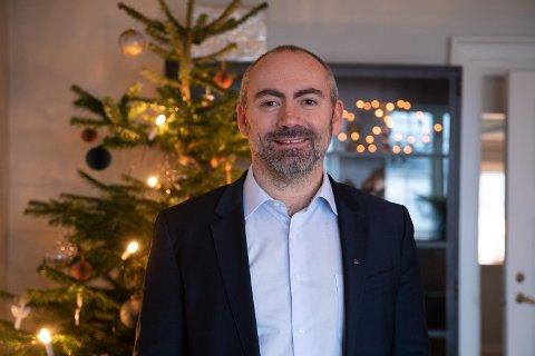Tom Henning Slethei får virkelig julestemning i sitt nye hjem etter godt arbeid av kona Elisabeth.