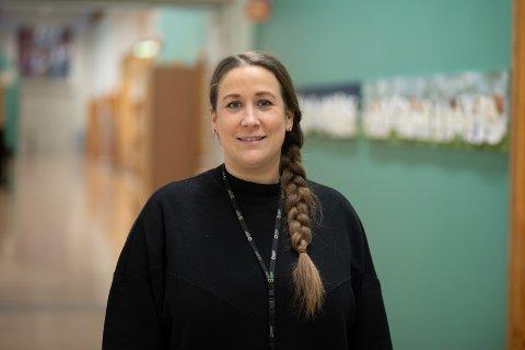 Leder av Utdanningsforbundet Sara Sanne Opdahl skryter av lærerne i solaskolen.