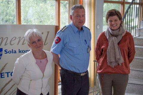 Torill Tandberg, avdelingsdirektør i DSB, Henry Ove Berg, brannsjef i Sør-Rogaland og Ingrid Nordbø, rådmann i Sola kommune samarbeider om blant annet beredskapen i Risavika.