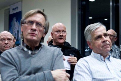 Knut Jacobsen (midten) ønsket svar på hvem som tar ansvaret for tredjepersonene. Her sitter han med Viggo Stenbekk. Foran fra venstre Preben Lindøe, professor på UiS og Jan Erik Vinnem, professor II UiS og NTNU.