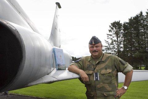Major Bjørn Vikås ved 139. luftving, avdeling Sola, vil nå dele ut overskuddet etter salget av boka om Sola flystasjon. Pengene skal gå til ulike prosjekter som berører Sola flystasjon og den militære luftfarten på Sola.