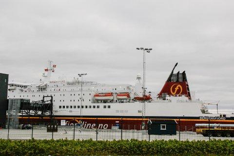 MS Bergensfjord måtte tute på en seilbåt i innseilingen til Risavika natt til mandag.