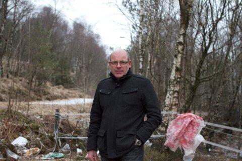 Varaordfører Jan Sigve Tjelta oppfordrer Forus Næringspark til å gi en sum til idrettslag for å få ryddet bort søppelet som blåser fra byggeplassene på Forus og til turløya i Åsen.
