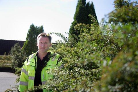 Driftssjef Arne Sandvik anbefaler folk å klippe hekkene sine nå som skolen har startet opp igjen. – Eieren av denne her hekken kommer nok til å få klippepålegg, sier han og viser til at hekken vokser langt utover eiendomsgrensen.