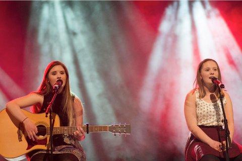 Malene (18) og Emilie Wetteland (14) sang «Safe and sound».