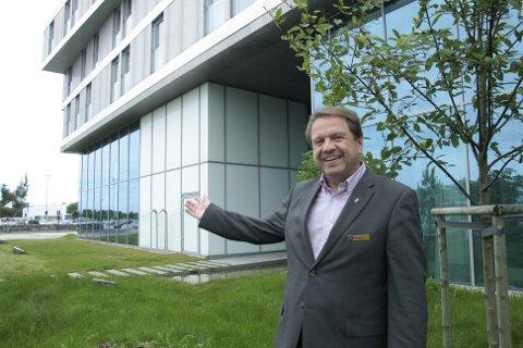Hotelldirektør Magne Torgersen ved Rica Airport Hotel regner ikke med noen stor nedgang som følge av de nye hotellene i Stavanger sentrum. Han viser til at hotellet ligger vegg i vegg med flyterminalen. Innen 2018 planlegger han selv å bygge ut hotellet.