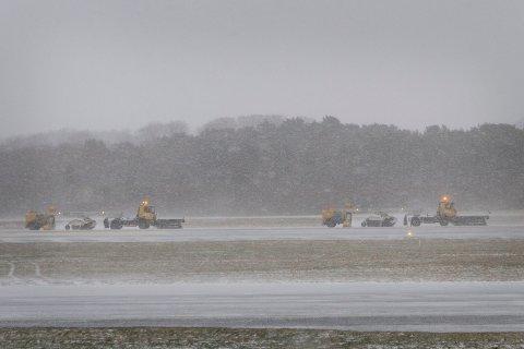 Et brøytetog var ved 13-tiden fredag ute for å rydde rullebanen for snø.