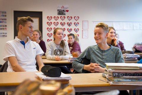 Eskil Pedersen og Mathias Soma synes det er fint å kunne gi noe til andre i førjulstiden. Klasse 9C ved Sola ungdomsskole har valgt en pakkekalender hvor de både gir og får gaver. Bak dem sitter Miriam Stensland.
