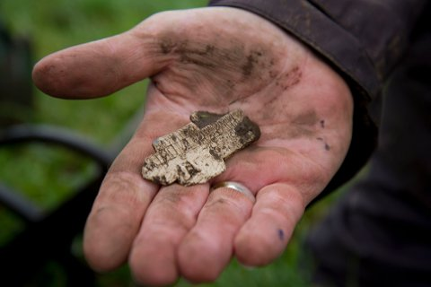 Et sjeldent blykors med tydelig runeskrift ble funnet på Øvre Madla i dag.