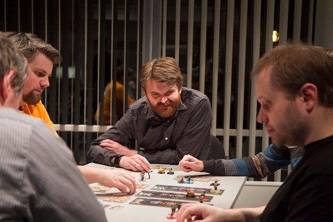 Brettspillentusiastene i klubben Alea jacta est møtes til kamp på Sola kulturhus hver mandag. Her ser du formann i klubben Geir Harald Helgeid (i midten) sammen med André Nordstrand (t.v.) og Richard Karlsen (t.h.).