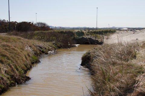 I januar slapp Avinor ut store mengder avisingsvæske i overvannsystemet, som videre gikk til Solavika. Konsekvensene ble ikke så store som de kunne vært og Avinor blir derfor ikke anmeldt. Bildet er tatt i en annen anledning.
