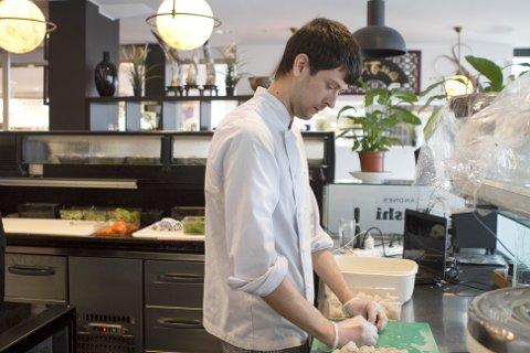 Sandnes Sushi har i dag restaurant på kjøpesenteret Amfi i Sandnes. Her er en av sushikokkene i sving.