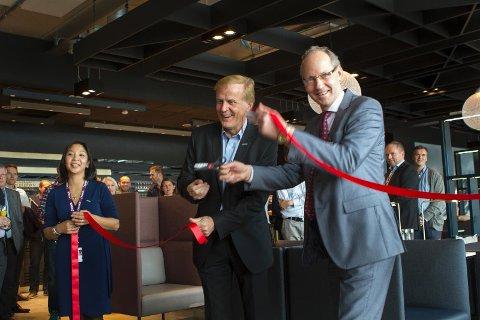 Dag Falk-Petersen i Avinor og Morten S. Nilsen i cateringselskapet SSP klippet snoren og erklærte loungen for offisielt åpnet.