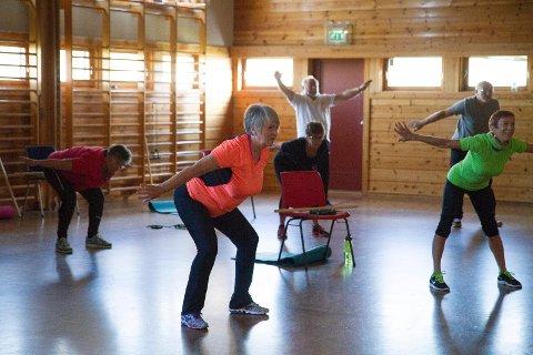 Anne Lise Skjæveland er en av pådriverne for 60+-trening på gamle Stangeland skole. Hver onsdag møtes flere eldre til en heldigital gratis trening.