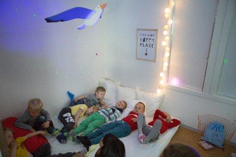 Barna i Kornberget barnehage syntes det var herlig å slappe av i den nye sansekroken i Åsenhagen. Denne kroken hadde disse barna selv vært med og finansiert gjennom en å samle inn penger.