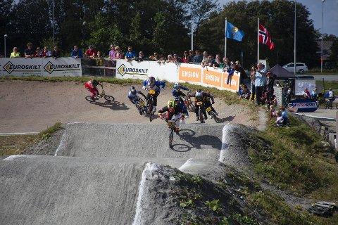 BMX-klubben skal sikres ny bane før den gamle rives, og kommunen jobber nå med å få riktig erstatningsbeløp fra vegvesenet. Bildet er fra norgescupen i august.