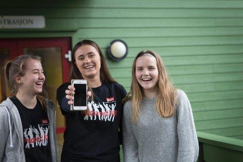 Selv om de var svært skeptiske til mobilforbudet på Dysjaland skule, ser elevene at det har hatt en mer positiv effekt. Nå snakker de mer med hverandre. Fra venstre: Vilde Klingsheim, Lotte Stangeland og Stine Holmebakken.