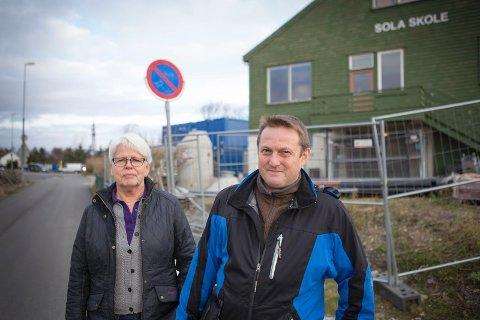 Rektor Maria Joa og FAU-leder Inge Høivik ved Sola skole er bekymret for trafikksikkerheten på skoleveien nå som det bygges på alle kanter. De har hatt et positivt møte med vegvesenet og Stangeland Maskin som de opplever er innstilte på å prioritere trafikksikkerhet.