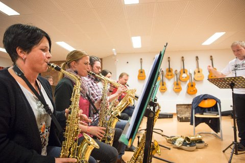 Kari Helle Byre (t.v.) og resten av Sola storband håper å spille foran en fullsatt sal når de i slutten av måneden inviterer til Abba-show. Til høyre ser du dirigent Pål Thorstensen.