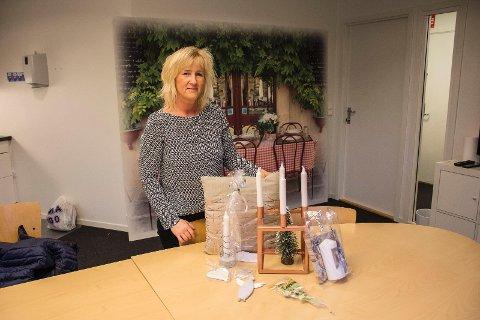 Hilde Askø, leder for komiteen for julemarkedet, viser stolt frem noen av varene som er laget gjennom dugnadsarbeid, og som ska selges på julemarkedet lørdag.