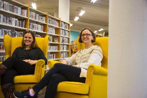 Avdelingslederne Kari Kolnes og Gunhild Blindheim Bergo håper mange vil får med seg det som skjer på biblioteket de kommende månedene.