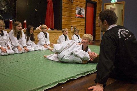 Flere av elevene på Dysjaland SFO lærer kampsport hver fredag. Her får de introduksjon i en av teknikkene for å få motstanderen i bakken, og Håkon Lie prøver å holde Sverre Hauge Nilsen nede.