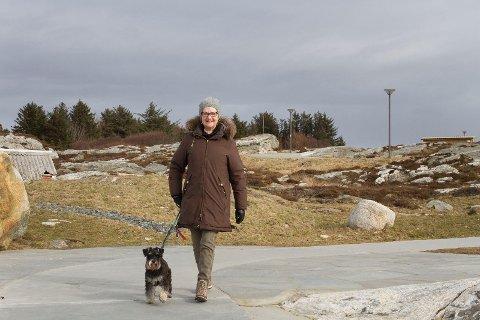 To år gamle Fonsi elsker å gå langs sjøen i Tananger sammen med matmor Kirsten Incoronato. Problemet er bare at han møter litt for mange andre hunder uten bånd.
