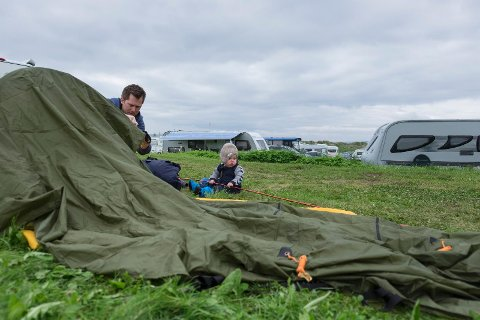 Juni 2017. Det å slå opp et telt kan være en prøvelse for familiefreden, men denne gangen gikk det heldigvis greit.Teltliv anno cirka 1980.