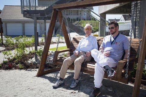 Sean Graeter, til høyre, er en av mennene som har vært under utdanning igjennom «Menn i Helse»  Bildet er tatt i 2019 da Solabladet skrev om prosjektet.