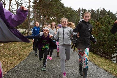 Elevene løp intervaller rundt stadion hver dag og avsluttet skoledagen med et motbakkeløp. Det var hardt for dem som ikke var vant til å trene.