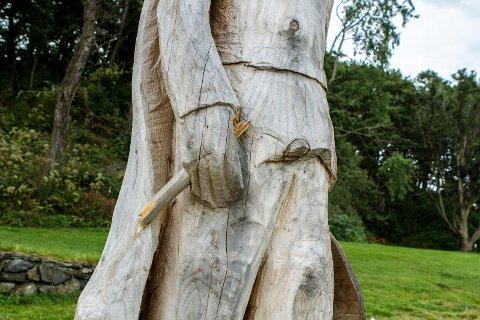 ØDELAGT: I sommer mistet en av de vel to meter høye trefigurene i Sørnesvågen våpenet sitt. Det er brukket av.