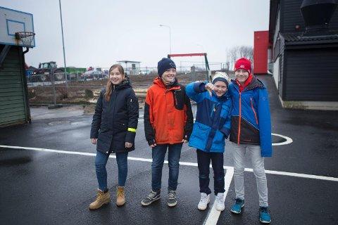 Nå er det ikke plass til mye aktivitet i skolegården, sier sjetteklassingene Andrea Krokedal, Kristian Veland Kristoffersen, Ådne Rugland og Kristoffer Sola.