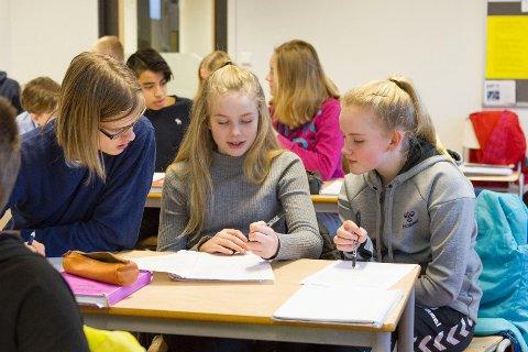 Elevene Thorleikur Logi Sævarsson, Karoline Bragedatter Johansen og Kristina Sunde fikk denne uken undervisning i hvordan de kan planlegge økonomien sin.  Det er for lite økonomi i skolen mener Econa, som arrangerte kurset.