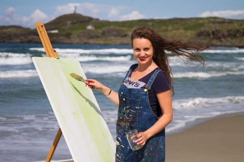 Ramune Sadauskiene fra Hålandsmarka stiller ut malerier i Sola Strand Hotel.