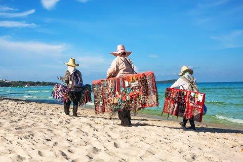 Nei, dette bildet er ikke fra Hellestøstranden, men fra Koh Samui i Thailand, hvor det sikkert er lov å selge ting på stranda.