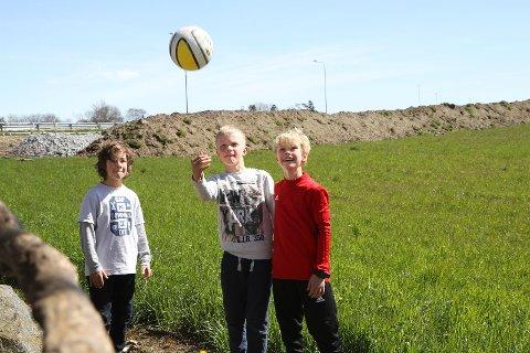 På jordet rett ved skolen skal den midlertidige ballbingen plasseres. Jonah Emil Strand (9), Vetle Rugland (10) og Mads Voll-Austestad (9) har tenkt å bruke den i hvert sekund av friminuttene.