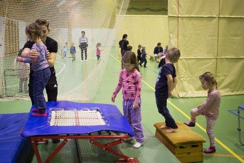 Hver onsdag får idrettslevene på Sola videregående skole besøk av Kornberget og Sola barnehage og har gymtime sammen med barna.