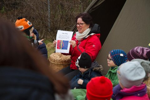 Ledet av Elin Knag sa barna den nordsamiske reglen «Ánin dánin», eller «Elle melle» som den heter på norsk.