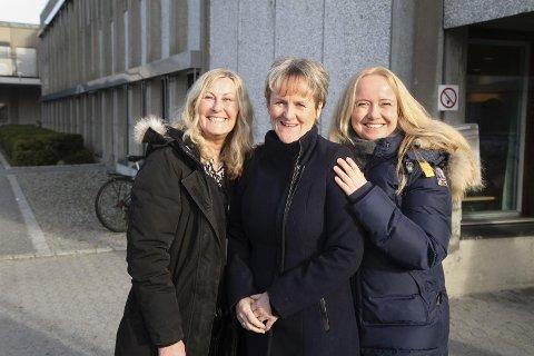 Jorunn Gilje Blomvik (Ap), Anne Marie Joa (Sp) og Renate Gimre (Frp) mener politikerne ikke bør legge seg oppi når matserveringen ved sykehjemmene skal foregå.