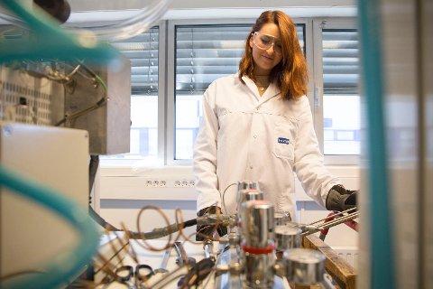 Marie Strømberg har nylig tatt fagbrev i laboratoriefaget og synes det er lurt å ha et fagbrev i bunn.