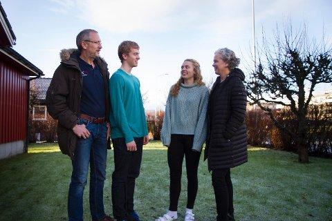 STARTET HER: I hagen på Sande spilte far John, sønn Elias, datter Kari og mor Jofrid ofte volleyball. Begge foreldrene er meritterte spillere, og nå er det barna som markerer seg innen idretten.