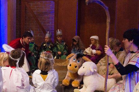 Barn i Ekofisk barnehage ble med på julevandring i Tananger kirke. Den lange reisen ender som kjent i en stall.