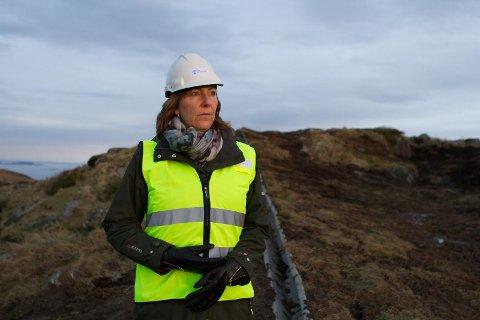 Daglig leder i Sola tomteselskap, Mariann Kyllingstad følger Ecofact sin plan for flytting av salamanderne i Kvithei.