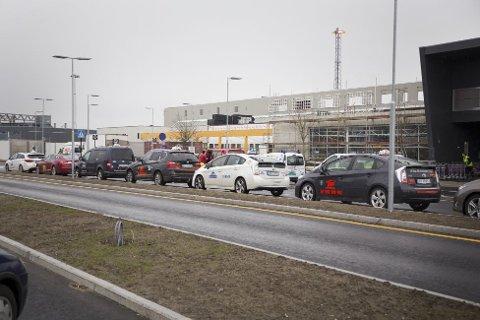 Tre hurtigladere settes opp på flyplassen i håp om at flere velger elbil.