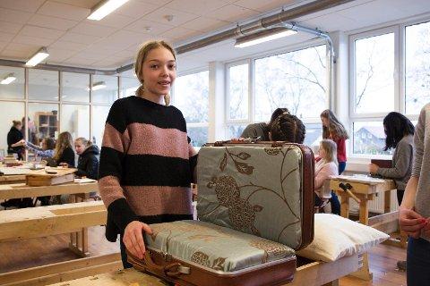 Design og redesign: Linnea Aashaug Oppedal lager stol ut av en koffert, puter og noen gamle stolbein.