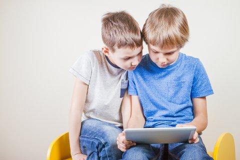 [b]POTENSIELT PENGESLUK:[/b] Nettbrett og mobil er kanskje de plattformene som drar inn mest penger på barn og unge som spiller videospill. Markedsføringen mot barn og unge foregår likevel i storstilt skala også på spillkonsollene.