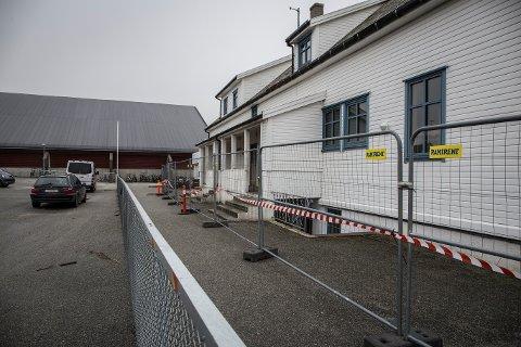 [b]STENGT:[/b] Den gamle skolen på Dysjaland er stengt på ubestemt tid etter at det brøt ut brann i bygget 21. mars. Bildet ble tatt dagen etter brannen.