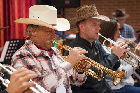 Country: Sola storband tar i år for seg cowboyenes verden og sjangeren country. Styreleder Einar Emil Haaland synes det er helt greit å ikle seg tørkle og hatt og håper publikum vil gjøre det samme.