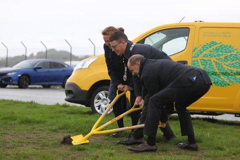 Ordfører Ole Ueland fikk æren av å sette spaden i jorda for DHL sin nye terminal på flyplassen.