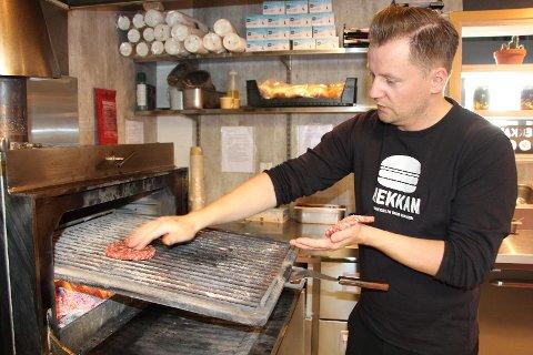 KOKK: Ole Dysjaland har alltid vært genuint interessert i matlaging og er glad for at han endte opp som kokk.  Jeg hadde aldri en drøm om dette da jeg var liten, men det viste seg at dette var det rette for meg, sier han.